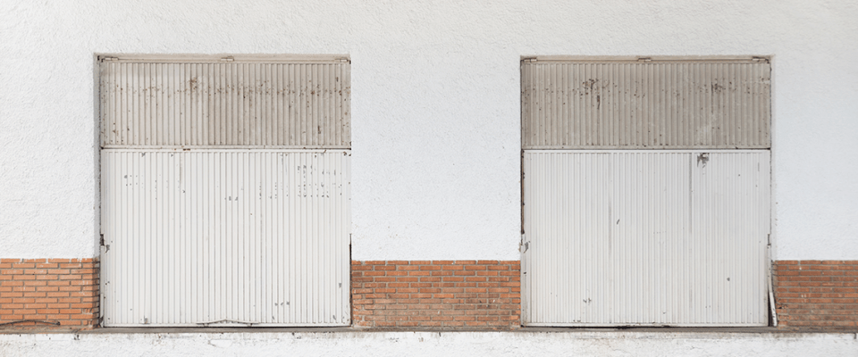régi garázskapu leszerelése és elszállítása