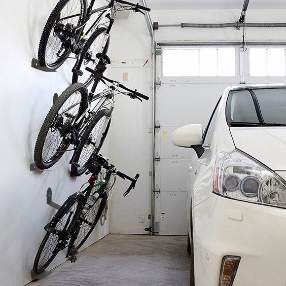 Tároljon több kerékpárt a falon egymás felett.