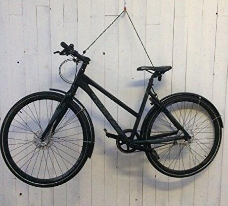 kerékpár tárolása a falra akasztva